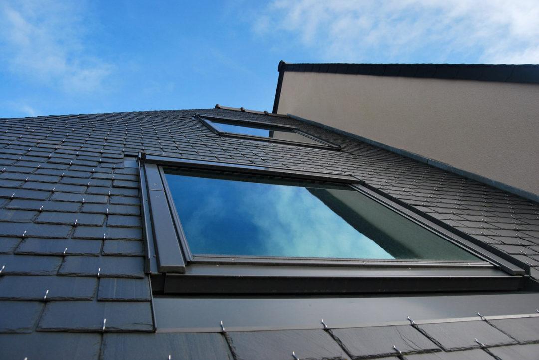 Fenêtre de toit sur toiture en ardoise